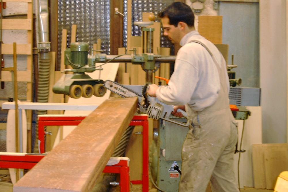 In unserer Werkstatt wird das Holz für den neuen oberen Rahmen grob zugeschnitten.