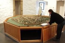 """Dieses Modell der Stadt Euskirchen brauchte eine neue Verkleidung, wie man hier an der alten """"Kiste"""" sieht..."""